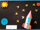 В космосе так здорово! Звёзды и планеты В чёрной невесомости Медленно плывут!  В космосе так здорово! Острые ракеты На огромной скорости Мчатся там и тут!